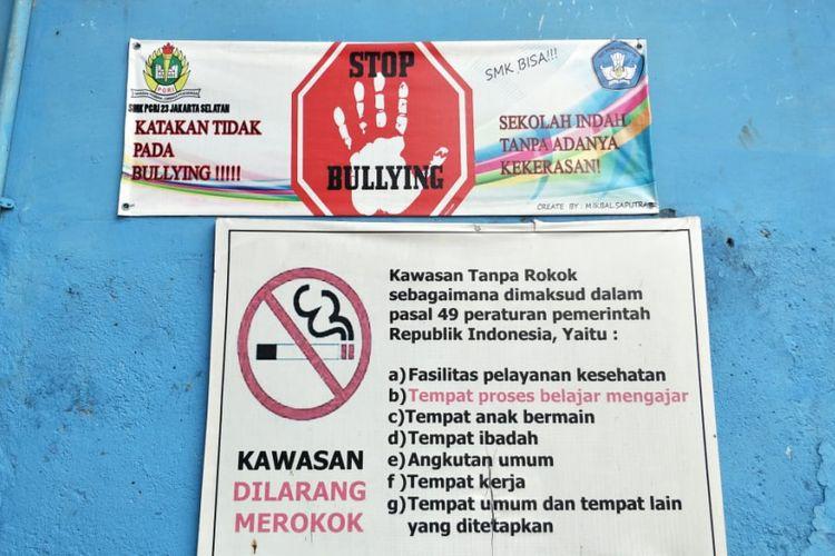 Spanduk larangan melakukan kekerasan dan perundungan (bullying) dipasang di dinding SMK PGRI 23 Jakarta di Srengseng Sawah, Jagakarsa, Jakarta Selatan. Foto diambil Jumat (24/8/2018).