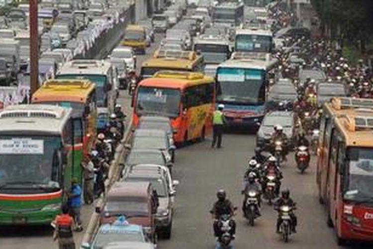 Bus Transjakarta memilih menggunakan jalan umum daripada menggunakan lajur khusus Transjakarta di Jalan Gatot Subroto, Semanggi, Jakarta, Jumat (7/12/2012). Kepadatan kendaraan saat jam pulang kerja di kawasan tersebut membuat lajur khusus bus transjakarta dipenuhi oleh kendaraan pribadi.