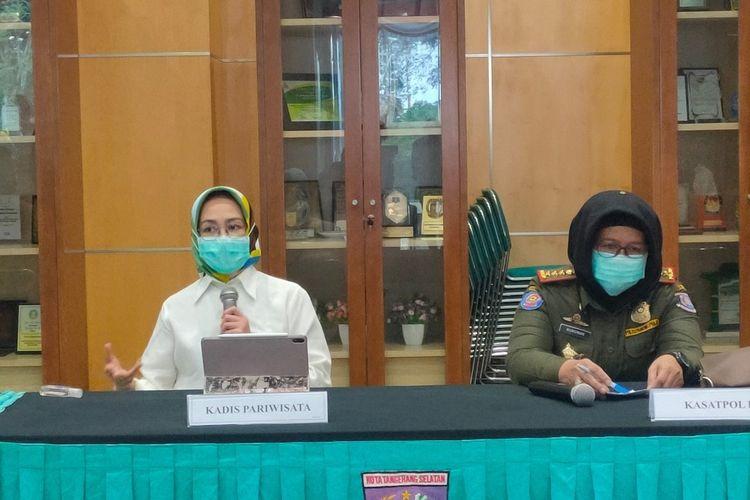 Wali Kota Tangerang Selatan Airin Rachmi Diany (kiri) bersama Kasatpol PP Tangerang Selatan Mursinah saat konferensi pers di Balai Kota Tangerang Selatan, Senin (24/8/2020).