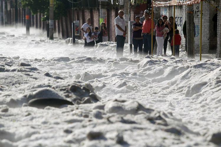 Timbunan salju menutup ruas jalan di tengah kota Guadalajara, Meksiko, usai badai salju aneh pada Minggu (30/6/2019).