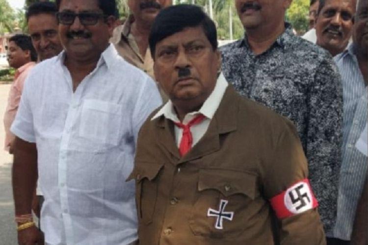 Naramalli Sivaprasad, politisi India ini dikenal sering tampil nyentri saat mengusung sebuah permasalahan di parlemen.