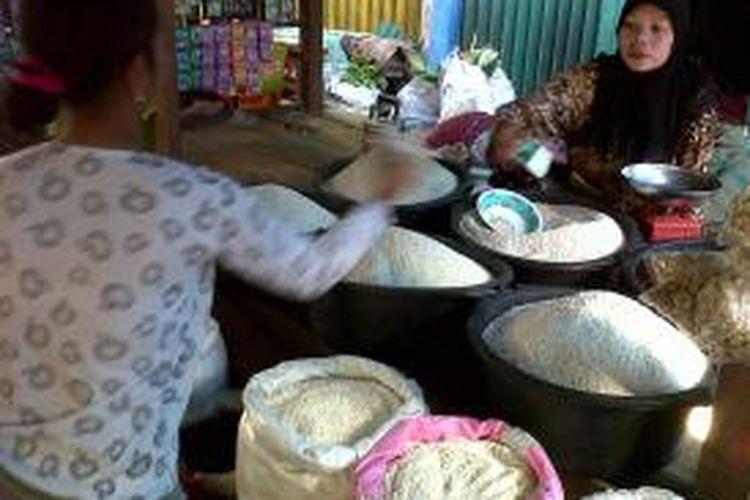 Para pedagang di pasar Mardika yang sedang menjajakan dagangannya, di pasar ini, kacang hijau mulai sulit ditemukan warga.