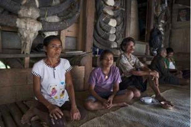 Warga bercengkrama di Uma Kabaleka, Waitabar, Nusa Tenggara Timur. Waitabar tak jauh dari Waikabubak, ibukota Kabupaten Sumba Barat, tak sampai setengah jam. Kampung ini berdampingan dengan kampung Tarung. Keduanya kompleks rumah adat Sumba yang terletak di punggung bukit.