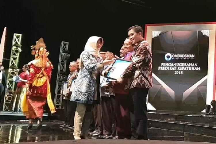 Pemprov Sulut yang diwakili oleh Wakil Gubernur Steven O. E. Kandow mendapatkan penghargaan Predikat Kepatuhan yang diserahkan langsung oleh Wakil Ketua Ombudsman RI Lely Soebekty.