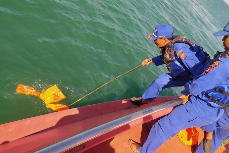 Kepolisian Ditpolairud Polres Bengkalis menemukan pelampung di laut yang diduga milik korban kapal tenggelam di selat malaka, Kabupaten Bengkalis, Riau, Jumat (24/1/2020).