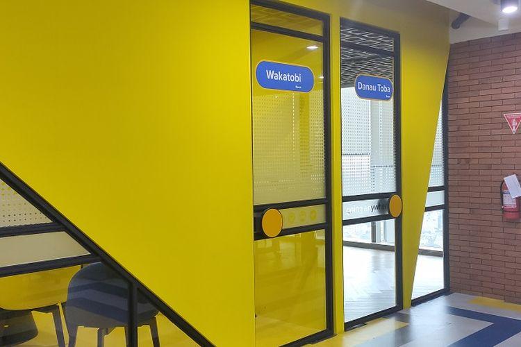 Dominasi warna kuning dan biru di ruang rapat kantor baru Tiket.com. Uniknya nama-nama ruang rapatnya memakai nama destinasi wisata di Indonesia seperti Wakatobi, Danau Toba dan lainnya.