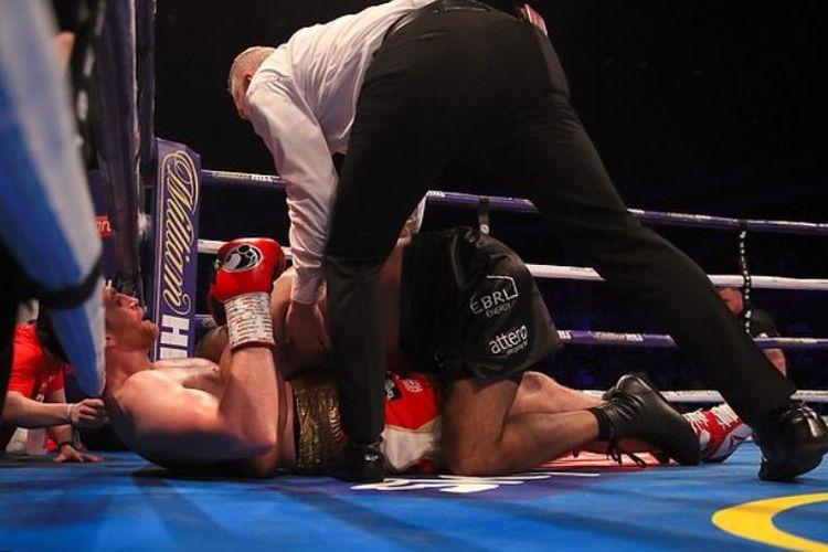 Kash Ali menggigit lawannya, David Price di bagian dada saat keduanya terlibat saling piting di tengah ring pada ronde kelima.
