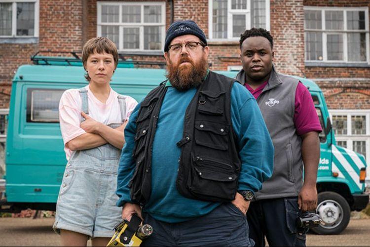 Nick Frost, Samson Kayo, dan Emma DArcy dalam serial komedi supernatural Truth Seekers (2020).