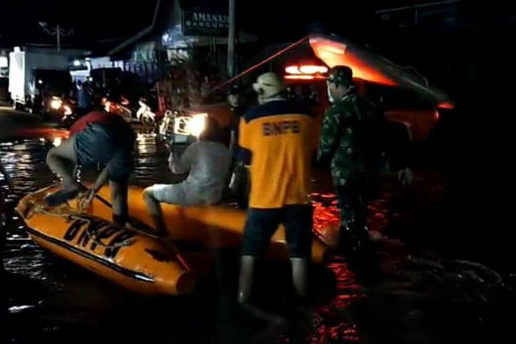 Petugas gabungan mengevakuasi korban banjir di Kecamatan Rambah, Kabupaten Rohul, Riau, Minggu (5/4/2020) malam.