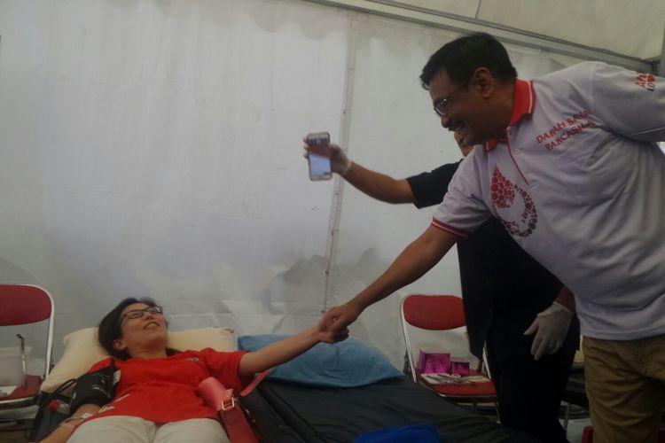 Plt Gubernur DKI Jakarta Djarot Saiful Hidayat menyapa warga yang ikut donor darah di Taman Waduk Pluit, Kamis (1/6/2017).