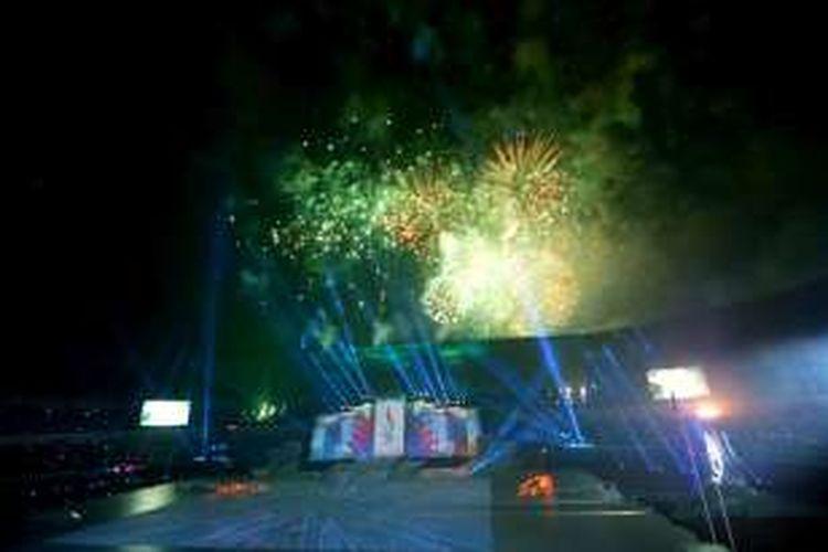 Pembukaan Pekan Olahraga Nasional XIX di Stadion Gelora Bandung Lautan Api, Gedebage, Bandung, Sabtu (17/9/2016). Pembukaan even akbar nasional yang berakhir pada 30 September ini, menampilkan permainan pencahayaan dipadu dengan parade kembang api dan diiringi suara gemuruh penonton. Parade diikuti 3000 penari dari berbagai komunitas hingga artis ibukota asal Jawa Barat.