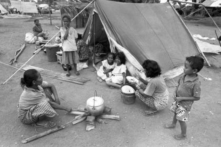 Sejumlah pengungsi berlindung dengan tenda seadanya usai bencana tsunami yang melanda Pulau Flores, Sabtu, 12 Desember 1992.