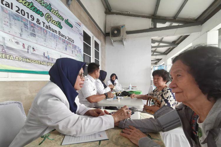 Petugas memeriksa kesehatan penumpang di Stasiun Pasar Senen, Senin (30/12/2019). PT KAI Daop 1 Jakarta membuka layanan kesehatan gratis di dua stasiun yaitu Stasiun Pasar Senen (30/12/2019) dan Stasiun Gambir (31/12/2019).
