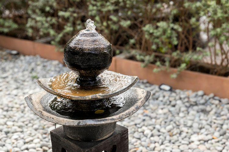 Menempatkan air mancur di dekat pintu masuk rumah dianggap mendorong kelimpahan mengalir dari luar ke dalam rumah kita.