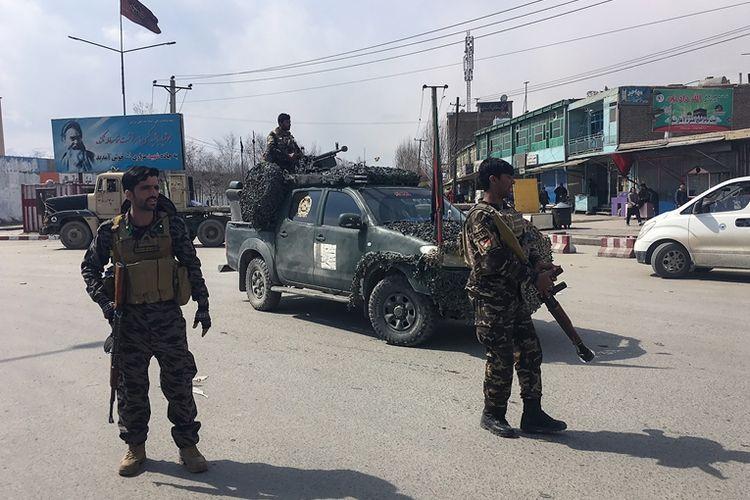 Pasukan keamanan Afghanistan berjaga di dekat lokasi ledakan bom bunuh diri di Kabul, Jumat (9/3/2018).