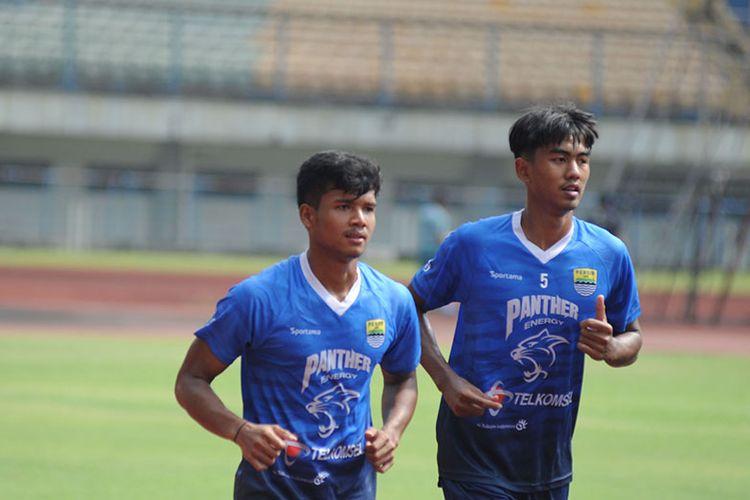 Dua bek muda Persib Bandung, Bayu Mohamad Fiqri (kiri) dan Kakang Rudianto (kanan), dalam sesi latihan tim Persib di Stadion Gelora Bandung Lautan Api (GBLA), Selasa (02/03/2021).