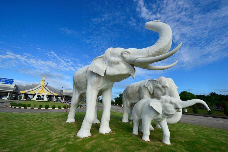 Provinsi Nakorn Phanom, Thailand, 2010. Di perbatasan Thailand-Laos, ada patung gajah berukuran besar yang menjadi simbol teritori Thailand. Turis biasanya berfoto di area ini.