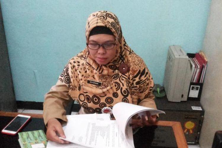 Sekretaris Kelurahan Jatinegara Ani Kurniani saat ditemui di Kantor Kelurahan Jatinegara, Cakung, Jakarta Timur, Senin (234/1/2017).