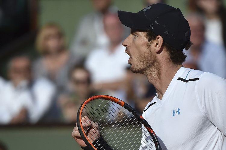 Petenis Inggris Raya, Andy Murray, melakukan selebrasi seusai memenangi laga perempat final Perancis Terbuka 2017 kontra Kei Nishikori (Jepang) di Roland Garros, Paris, Rabu (7/6/2017).