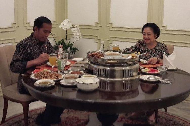 Presiden Joko Widodo makan siang bersama Ketua Umum PDI Perjuangan Megawati Soekarnoputri di Istana Merdeka, Jakarta, Senin (21/11/2016).