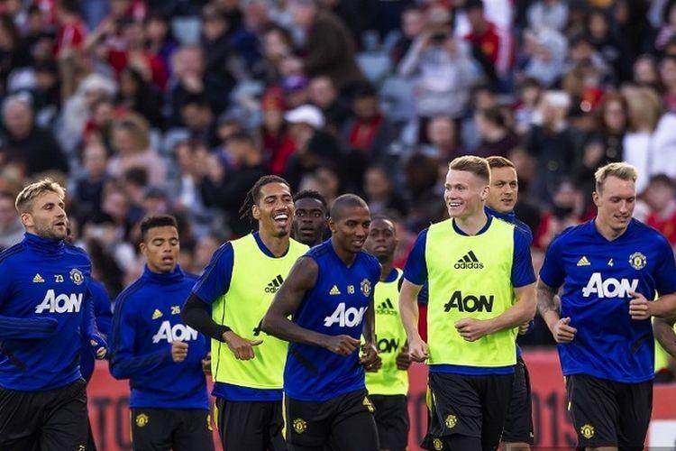 Para pemain Manchester United berlari di depan para pendukung selama sesi pelatihan terbuka dalam persiapan pertandingan persahabatan pramusim melawan Perth Glory di Stadion Optus di Perth pada 11 Juli 2019.
