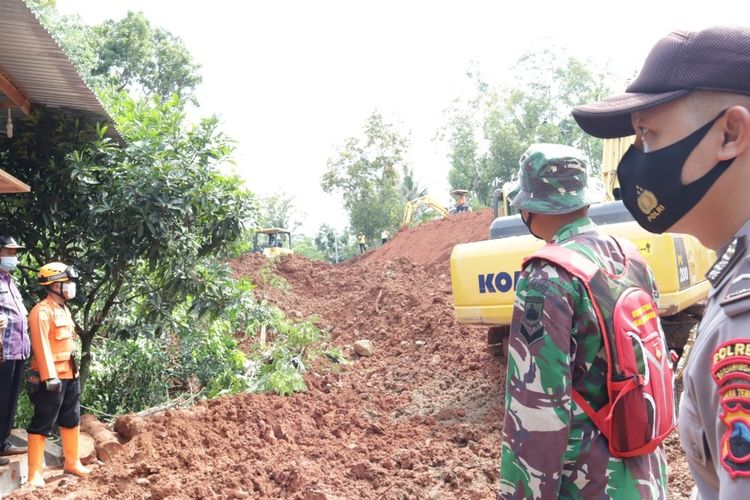 Alat berat dikerahkan untuk membuka akses jalan Banjarnegara-Kebumen, Jawa Tengah, yang tertutup longsor, Rabu (13/1/2021).