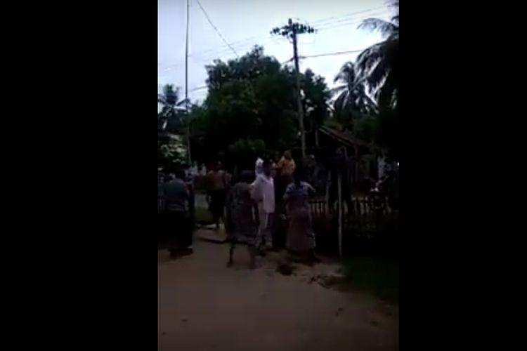 Video Kepala Desa Lhok Puuk, Kecamatan Seunuddon, Kabupaten Aceh Utara, T Bakhtiar, dipukul warganya, seorang nenek berinisial TU (60). Sang nenek kemudian dilaporkannya ke Mapolres Aceh Utara pada 3 April 2020 karena video pemukulannya jadi viral di WhatsApp dan media sosial.