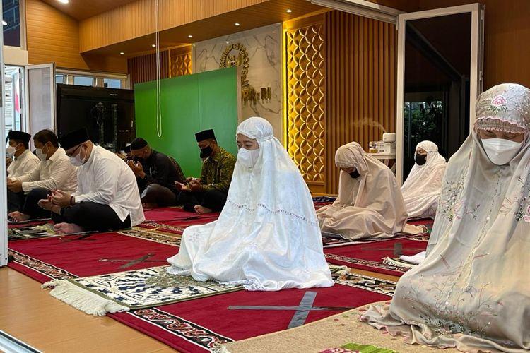 Ketua DPR RI Puan Maharani melakukan shalat id di rumah dinasnya, Kamis (13/5/2021)