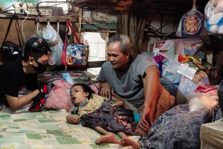 Diva Nabila penderita lumpuh otak selama 15 tahun tinggal bersama kakeknya di rumah gubuk kumuh