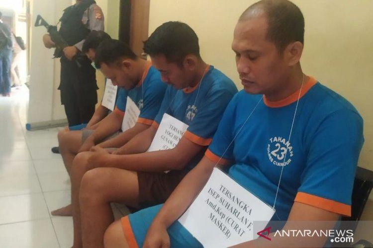 Polres Cianjur, Jawa Barat, menetapkan tiga orang pengawai RSUD Pagelaran, Cianjur, sebagai tersangka hilangnya ratusan kotak masker di gudang farmasi rmah sakit tersebut dan satu orang tersangka lainnya sebagai penadah warga Bogor, Kamis (26/3) (ANTARA/Ahmad Fikri)