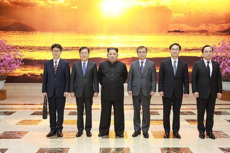 Pemimpin Korea Utara Kim Jong Un (tiga dari kiri) berpose bersama delegasi Korea Selatan di markas besar Partai Buruh di Pyongyang Senin (5/3/2018). Ini merupakan pertemuan pertama Kim dengan Korea Selatan sejak naik menggantikan ayahnya, Kim Jong Il, di 2011.