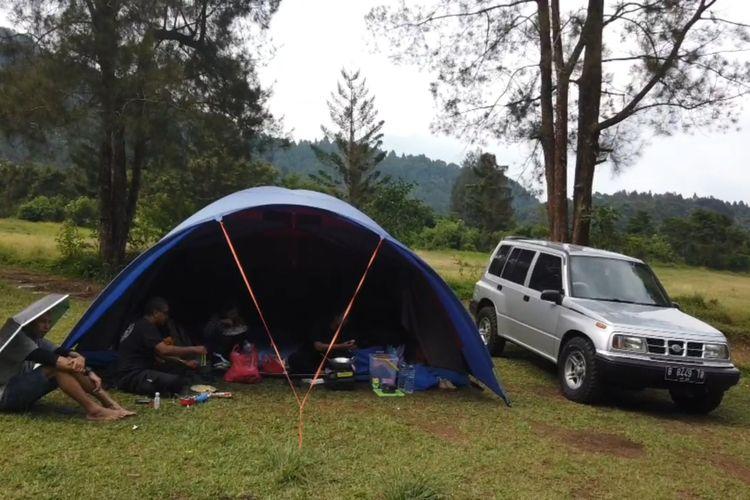 Suasana camping di Bukit Golf, Cibodas, Cianjur, Jawa Barat.