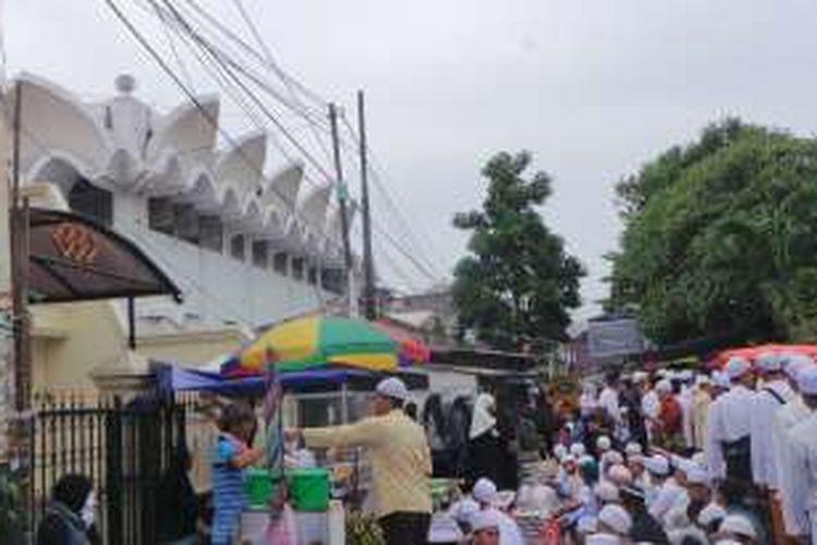Suasana peringatan Maulid Nabi Muhammad SAW di Majelis Taklim Habib Abdurrahman Al-Habsy, di kawasan Kwitang, Jakarta Pusat, Kamis (29/12/2016). Calon gubernur DKI Jakarta Agus Harimurti Yudhoyono dan Anies Baswedan menghadiri acara tersebut.