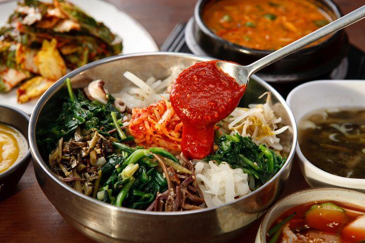 Ilustrasi kuliner Korea : nasi campur (bibimbap).