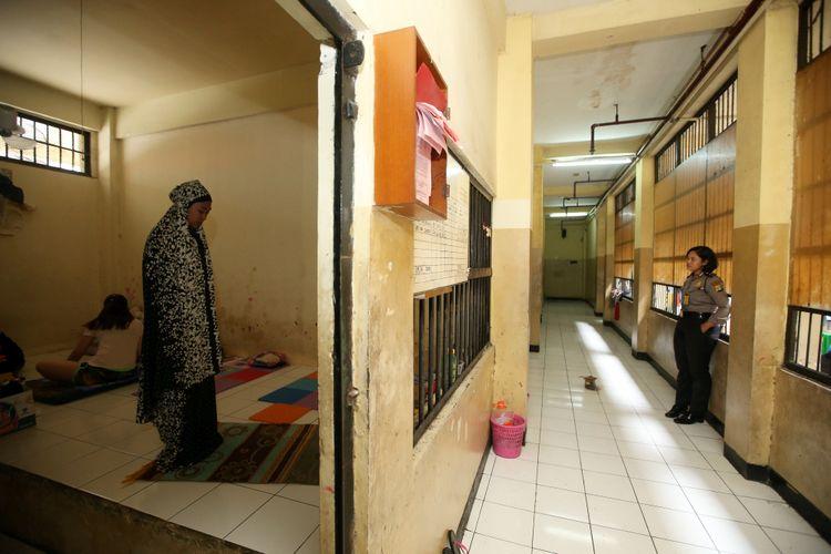 Tahanan tegah menunaikan shalat di Rumah Tahanan Markas Kepolisian Daerah Metro Jaya, Jakarta, Rabu (14/2/2018). Kondisi rutan terbesar di Indonesia ini memiliki fasilitas yang cukup nyaman bagi para tahanan.
