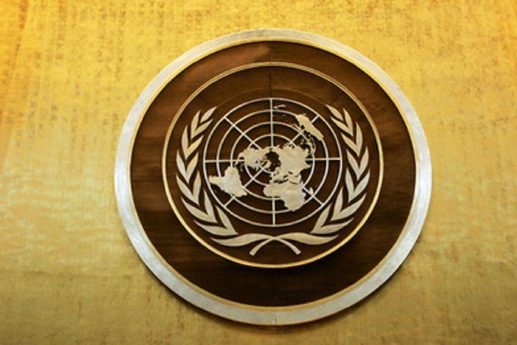 Logo PBB di ruang sidang Majelis Umum PBB
