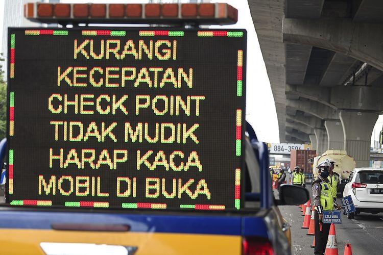 Petugas kepolisian memeriksa sejumlah kendaraan yang melintas di jalan tol Jakarta-Cikampek, Cikarang Barat, Jawa Barat, Selasa (19/5/2020). Presiden Joko Widodo menyatakan bahwa dalam beberapa minggu ke depan, pemerintah masih tetap berfokus pada upaya pengendalian wabah COVID-19 melalui larangan mudik dan mengendalikan arus balik. ANTARA FOTO/Nova Wahyudi/foc.