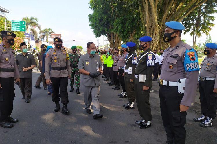Wali Kota Magelang Muchamad Nur Aziz didampingi Plt Kapolres Magelang AKBP R. Fidelis Purna Timoranto, saat apel operasi Ketupat Candi 2021 di Alun-alun Kota Magelang, Rabu (5/5/2021).