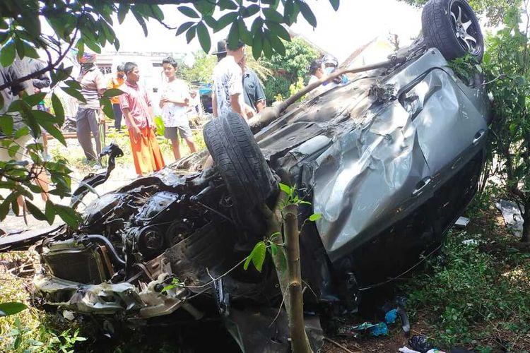 Mobil Yaris dalam posisi terguling usai ditabrak kereta api di Kecamatan Sumberpucung, Kabupaten Malang, Senin (29/3/2021).