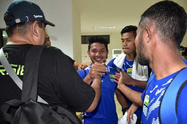 Gelandang Persib Bandung Gian Zola saat berpamitan kepada sejumlah pemain Persib usai laga kontra Persebaya, Kamis (26/7/2018). Zola resmi hijrah ke Persela Lamongan.