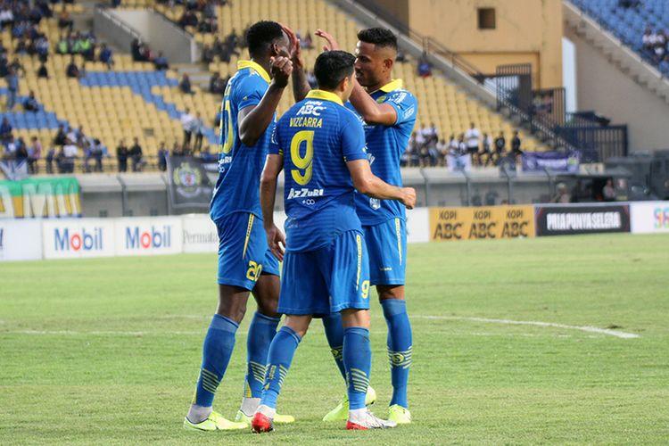 Para pemain Persib merayakan gol kedua mereka ke gawang Melaka United, saat kedua tim beruji tanding, Sabtu (1/2/2020), di Stadion Si Jalak Harupat, Kabupaten Bandung.