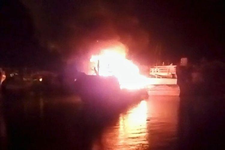 Kapal Motor (KM) Kartika Jaya terbakar usai disambar petir di Pelabuhan Perikan Samudera Cilacap (PPSC), Jawa Tengah, Selasa (16/2/2021) pukul 22.30 WIB.