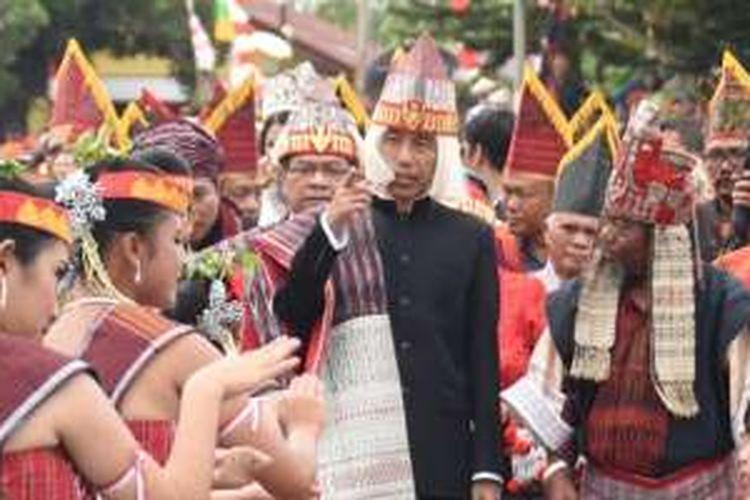 Presiden Joko Widodo (Jokowi) mengenakan pakaian adat Batak Toba (Samosir) dalam kunjungan kerja ke Sumatera Utara, Senin (22/8/2016).