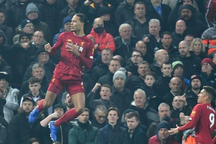 Virgil Van Dijk menceta gol untuk Liverpool ketika timnya melawan Manchester United di Stadion Anfield, Minggu (19/1/2020), dalam lanjutan pekan ke-23 Liga Inggris 2019-2020.