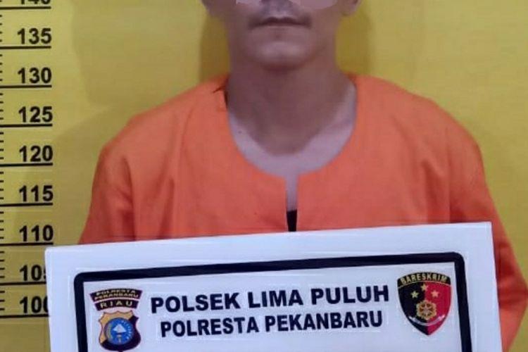 Oknum anggota Satpol PP Pekanbaru, BR (38) diamankan di Polsek Limapuluh usai tertangkap tangan mencuri sepeda murid SD bersama rekannya, L di SDN Negeri 82 Jalan Thamrin, Kecamatan Sail, Kota Pekanbaru, Riau, Sabtu (25/7/2020).