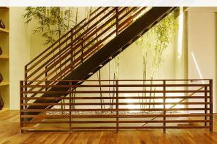 Karena bambu tidak berbunga atau berbuah, umur tanaman ini panjang dan tampil sederhana. Karena berongga, bambu juga melambangkan hati yang kosong dari kerendahan hati.