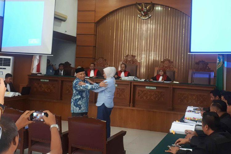 Terdakwa Ratna Sarumpaet mencium tangan dan merangkul Amien Rais pada persidangan ketujuh di Pengadilan Negeri Jakarta Selatan, Kamis (4/4/2019).