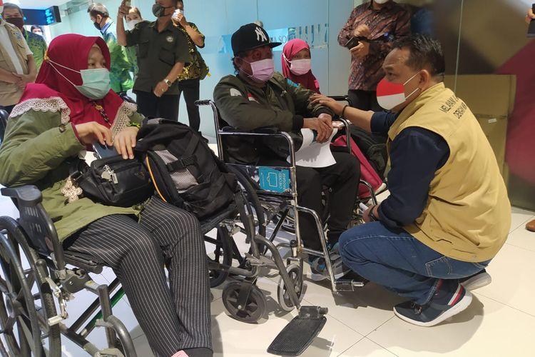 Kepala Badan Perlindungan Pekerja Migran Indonesia (BP2MI), Benny Rhamda saat menerima kedatangan tiga Pekerja Migrasi Indonesia (PMI) yang luka-luka dan sakit parah di Bandara Soekarno-Hatta, Kota Tangerang, Banten pada Jumat (19/2/2021) siang.