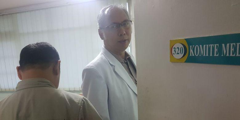 Dr.H.Bimanesh Sutarjo, SpPD bersama salah satu penyidik KPK di RS Medika Permata Hijau saat Setya Novanto dirawat
