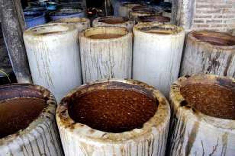 Tetes tebu dengan campuran tetes air dan mikroba yang difermentasi dalam gentong-gentong sentra industri alkohol Desa Bekonang, Kecamatan Mojolaban, Kabupaten Sukoharjo, Jawa Tengah, Kamis (21/7/2016).